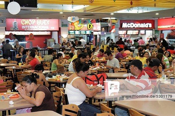 Fast Food  takeaway  junk  Managua  Hauptstadt  Frau  Mann  Stuhl  Hispanier  Restaurant  Einkaufszentrum  essen  essend  isst  Tisch  Business  Nicaragua