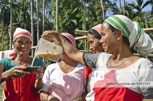 Frauen des Deori-Stammes trinken das heimische Bier bei einer Familienfeier im Dorf Major Deori  Indien  Asien