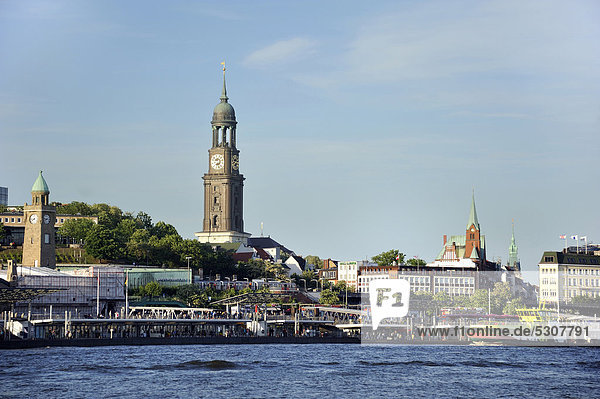 Blick auf Uferpromenade und den Hamburger Michel vom Becken des Hamburger Hafens aus  Hansestadt Hamburg  Deutschland  Europa