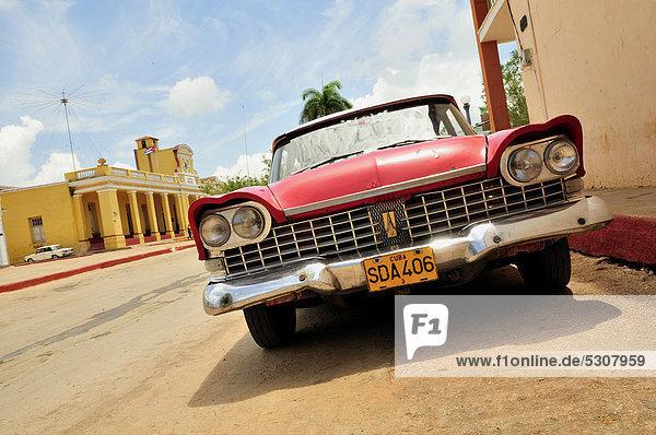 Oldtimer in der Altstadt von Trinidad  Kuba  Karibik
