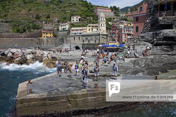 Nationalpark Europa Kirche Dorf angeln UNESCO-Welterbe Cinque Terre Italien Ligurien Vernazza Provinz La Spezia