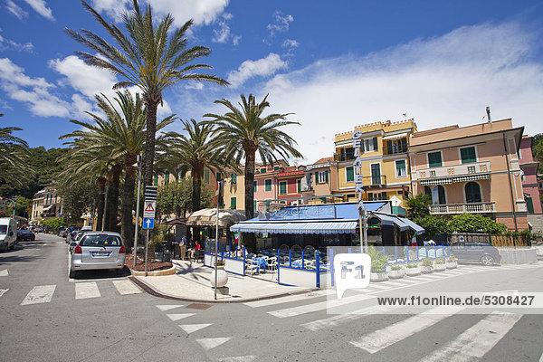Straßenkreuzung  Restaurant  Bar  Palmen  Moneglia  Provinz Genua  Ligurien  Italienische Riviera  Riviera di Levante  Italien  Europa
