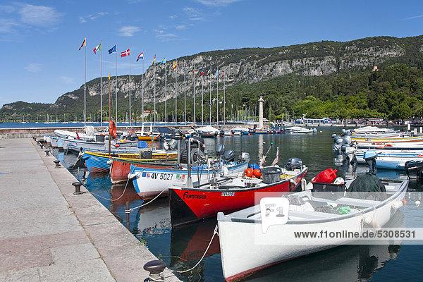 Fischerboote am Bootsanleger im Hafen  Seeufer  Uferpromenade  Garda  Gardasee  Provinz Verona  Region Venetien  Italien  Europa