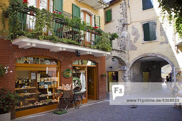Europa Brot Korb frontal Laden Fahrrad Rad Gardasee Venetien Bäckerei Italien