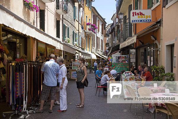 Europa Mensch Menschen Gasse Restaurant Souvenir Laden Gardasee Venetien Italien