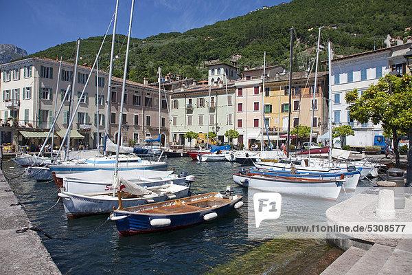 Boote im Hafen von Gargnano  Gardasee  Provinz Brescia  Lombardei  Italien  Europa