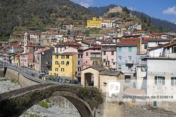 Europa Stein Wahrzeichen Brücke Dorf Imperia Italien alt