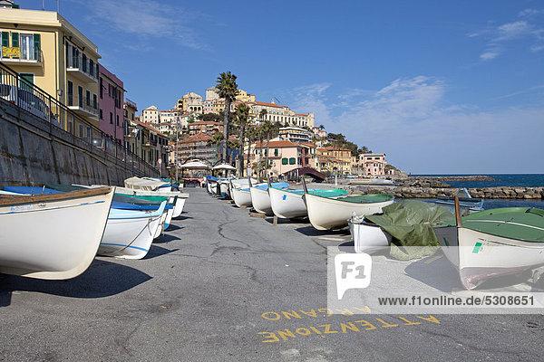 Fischerboote in Hafenstadt an der ligurischen Küste  Imperia  Riviera di Ponente  Ligurien  Italien  Mittelmeer  Europa