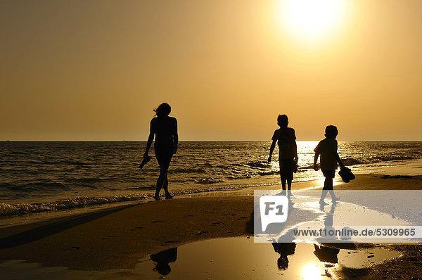 Mutter mit zwei Kindern am Strand  Abendstimmung  Lido di Ostia  Rom  Latium  Italien  Europa