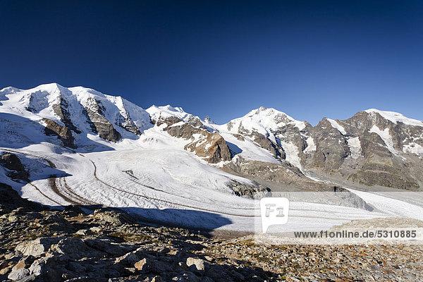 Vorne der Persgletscher  rechts der Piz Palü  dann die Bellavista  in der Mitte der Berninagipfel mit dem Biancograt  rechts der Morteratschgipfel  Graubünden  Schweiz  Europa