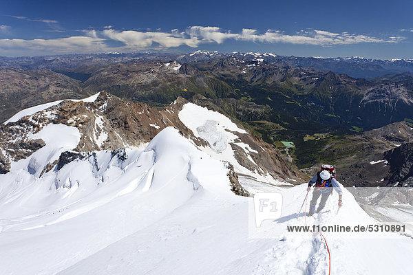 Bergsteiger auf dem Gipfelgrat beim Aufstieg zum Piz Palü  Graubünden  Schweiz  Europa Bergsteiger auf dem Gipfelgrat beim Aufstieg zum Piz Palü, Graubünden, Schweiz, Europa