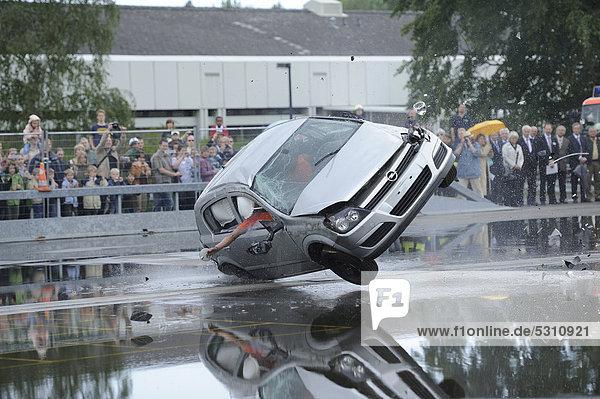 Pkw beim Überschlagstest  60 Jahre BASt  Bundesanstalt für Straßenwesen  und Tag der Verkehrssicherheit  Bergisch Gladbach  Nordrhein-Westfalen  Deutschland  Europa