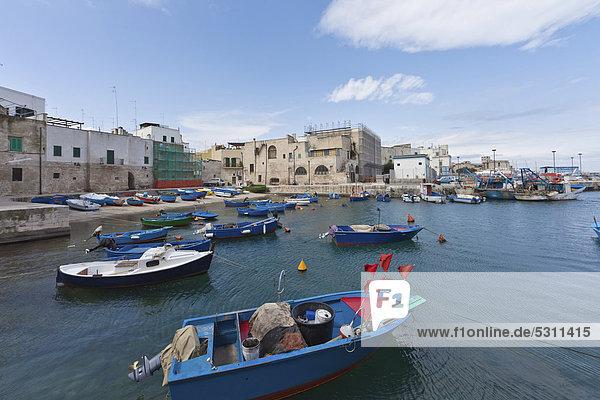 Boote im Hafen  Blick auf die Ortschaft Monopoli  Apulien  Süditalien  Italien  Europa
