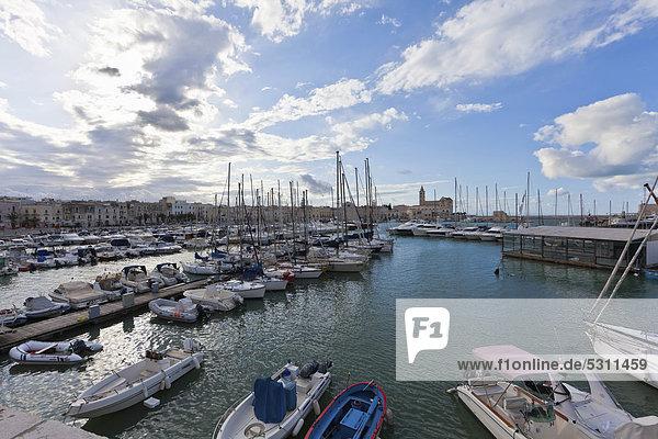 Blick auf den Hafen von Trani  Apulien  Süditalien  Italien  Europa
