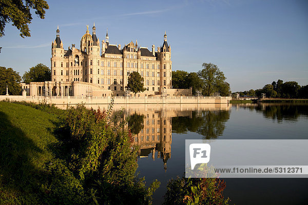 Das Schweriner Schloss spiegelt sich im See  Landeshauptstadt Schwerin  Mecklenburg-Vorpommern  Deutschland  Europa