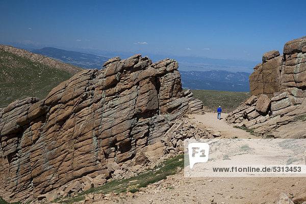 Wanderin Susan Newell  62  auf einem Wanderweg in der Nähe des Pikes Peak Gipfels  Colorado Springs  Colorado  USA