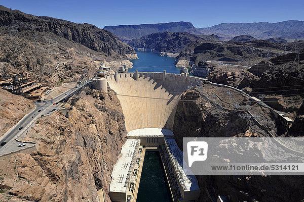 Blick von Mike O'Callaghan-Pat Tillman Memorial Bridge  auf Staumauer Hoover Dam  Staudamm  Talsperre  Lake Mead Recreation Area  Arizona  Nevada  Vereinigte Staaten von Amerika  USA  ÖffentlicherGrund