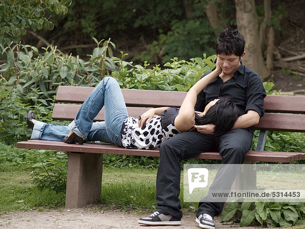 Junges Paar auf Parkbank