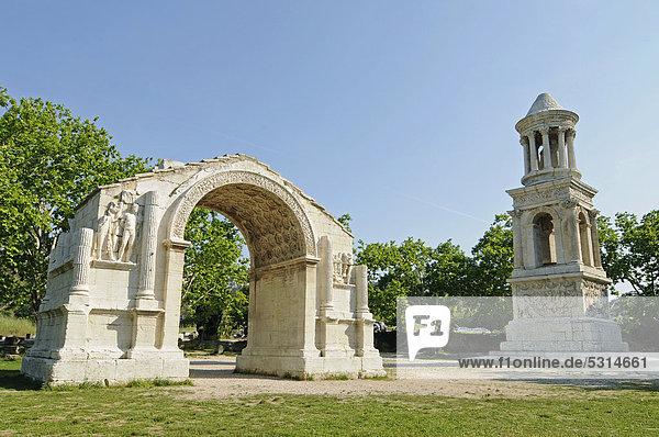 Triumphbogen  römischer Tempel von Glanum  Plateau des Antiques  Saint Remy de Provence  Region Provence-Alpes-CÙte díAzur  Südfrankreich  Frankreich  Europa