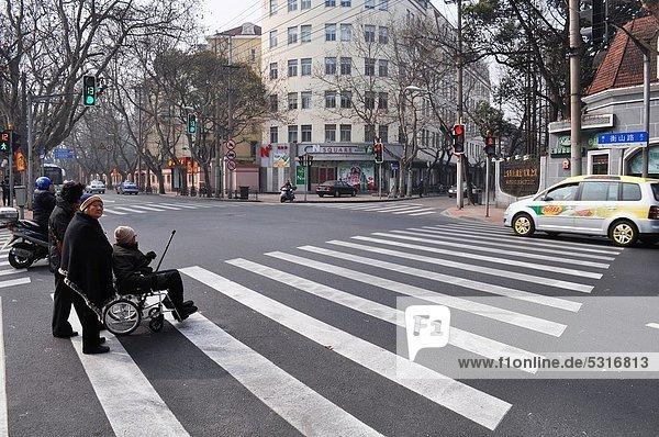 überqueren  Frau  französisch  warten  Fernverkehrsstraße  Kreuz  alt  Shanghai