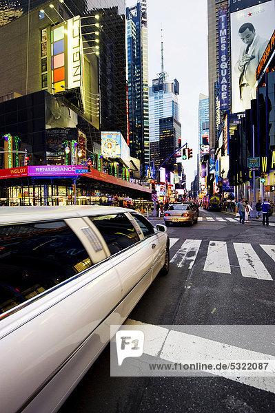 Stretchlimousine am Times Square  Manhattan  New York  USA  Amerika
