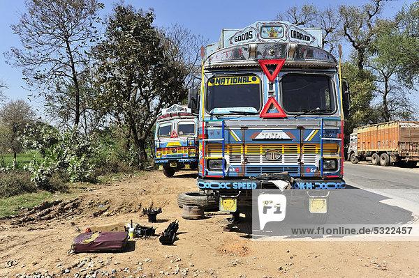 LKW mit Panne  nahe Pokhara  Nepal  Asien