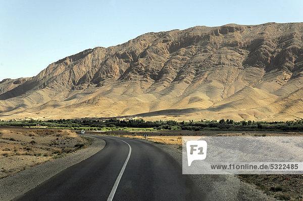 Straße im mittleren Atlas  zwischen FÈs und Erfoud  Marokko  Afrika