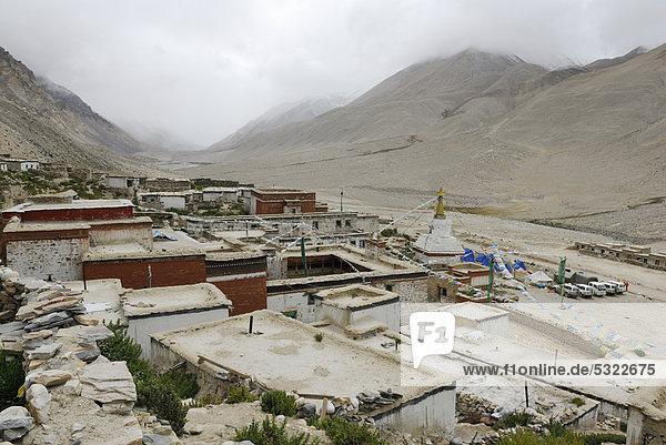 Kloster Rongbuk und weißer Stupa vor dem wolkenverhangenen Mt. Everest  Tibet  China  Asien