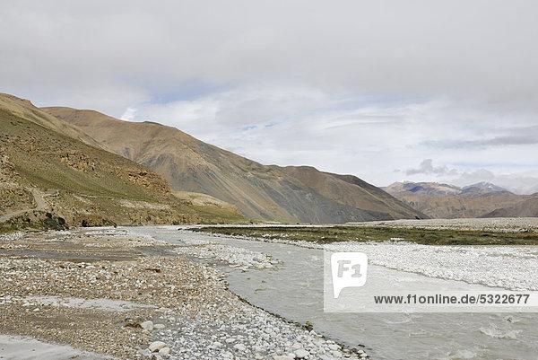 Karge Berglandschaft nahe Kloster Rongbuk  Himalaya  Tibet  China  Asien
