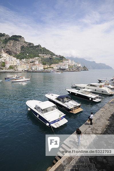 Boote im Hafen von Amalfi  Costiera Amalfitana or Amalfiküste  UNESCO Weltkulturerbe  Kampanien  Italien  Europa