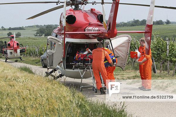 DRF-Rettungshubschrauber bei einem Rettungseinsatz  ein in den Felsengärten abgestürzter Kletterer wird in den Hubschrauber geladen  Hessigheim  Baden-Württemberg  Deutschland  Europa