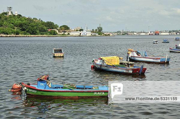Fischerboote an der Uferpromenade MalecÛn  Havanna  Kuba  Karibik