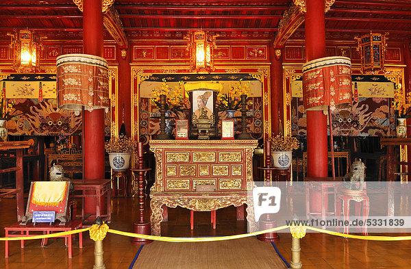 Altar mit Goldkunst und Lackkunst in der Ehrenhalle The Mieu zu Ehren der 10 Nguyen Kaiser  Kaiserpalast Hoang Thanh  Verbotene Stadt  Purpurstadt  Hue  UNESCO-Weltkulturerbe  Vietnam  Asien