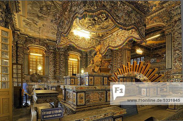 Kaiserstatue  Grabmal Kaiser Khai Dinh  Mausoleum  Hue  UNESCO-Weltkulturerbe  Vietnam  Asien