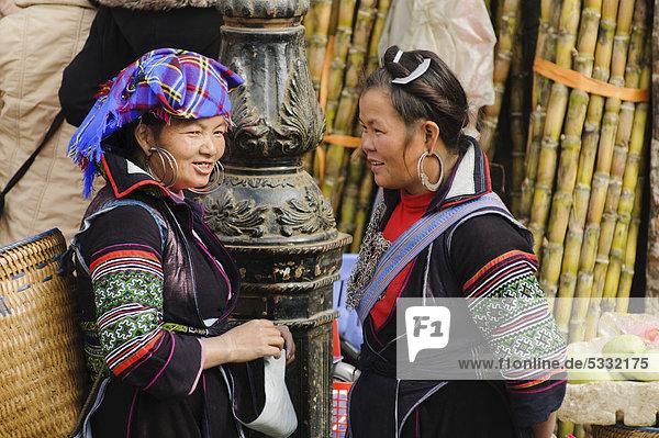 Zwei Frauen auf dem Markt von Sapa oder Sa Pa  Volksgruppe der Schwarzen Hmong  ethnische Minderheit  Nordvietnam  Vietnam  Asien