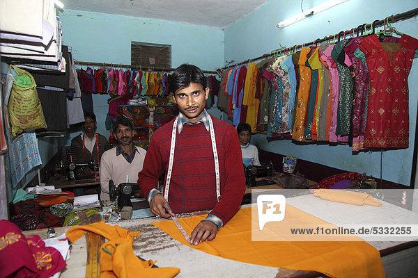 Schneider bei der Arbeit  Bhowali  Uttarakhand  Nordindien  Indien  Asien