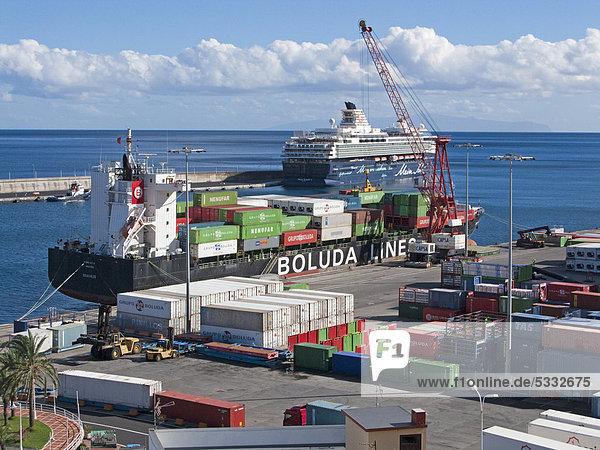 Containerschiff im Hafen von Santa Cruz  La Palma  Kanarische Inseln  Spanien  Europa  Atlantischer Ozean