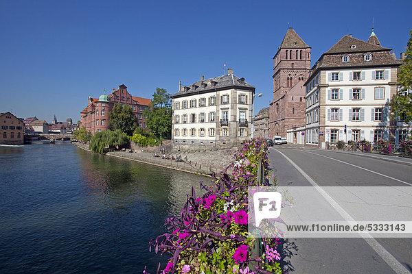 Blumengeschmückte Bruecke mit Blick auf die Ille und auf die Thomaskirche oder …glise Saint-Thomas  Straßburg  Elsass  Frankreich  Europa