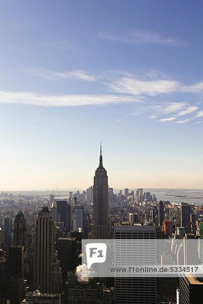 Blick vom Rockefeller Center auf das Empire State Building in Manhattan  New York City  Vereinigte Staaten  USA  Amerika