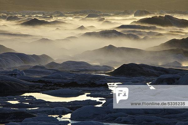 Nebel über dem Gletschersee Jökuls·rlÛn  Südküste Island  Europa