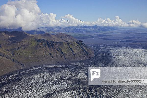 Luftaufnahme  Aschestrukturen vom Vulkan Grimsvötn im Eis der Gletscherzunge des Vatnajökull  Südküste Island  Europa