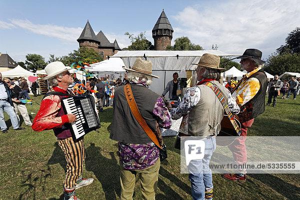 Bänkelsänger-Gruppe auf dem Flachsmarkt  historischer Handwerkermarkt  Burg Linn  Krefeld  Nordrhein-Westfalen  Deutschland  Europa