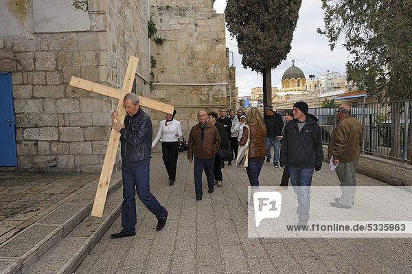 Russische Pilgergruppe mit Kreuz auf der Via Dolorosa  arabisches Viertel in der Altstadt von Jerusalem  Israel  Naher Osten