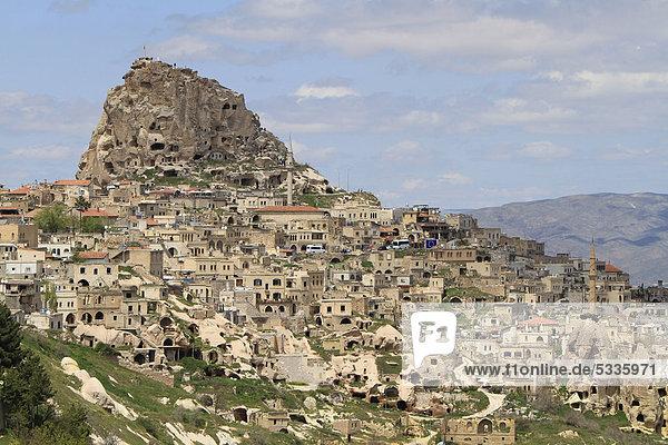 Blick auf den Burgfels und den Ort Uchisar  Kappadokien  Zentralanatolien  Türkei