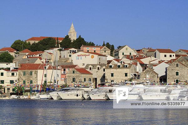 Yachthafen und Ort Primosten  Dalmatien  Kroatien  Europa  ÖffentlicherGrund