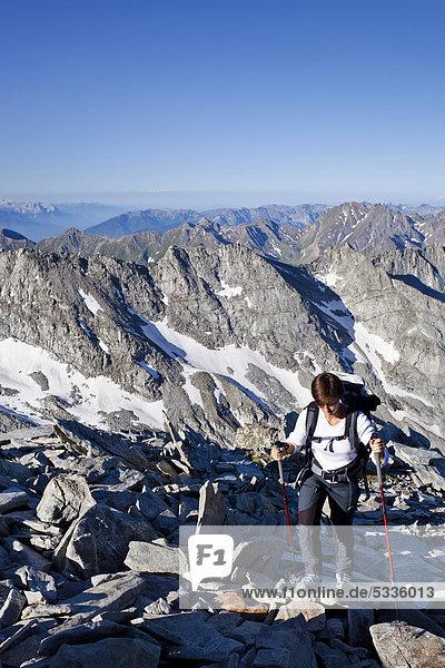 Bergsteigerin beim Aufstieg zum Hochfeiler  Pfitschertal  hinten Pfitschertal  Eisacktal und Wipptal sowie die Dolomiten  Südtirol  Italien  Europa
