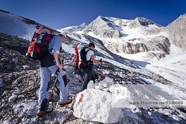 Bergsteiger beim Aufstieg zur Marmolata  Klettersteig Westgrat  hinten die Marmolata  Dolomiten  Trentino  Italien  Europa