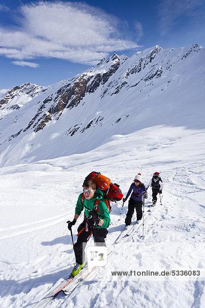 Skitourengeher beim Aufstieg zum Staudenberg Jöchl in Ridnaun oberhalb Schneeberg  Sterzing  Südtirol  Italien  Europa