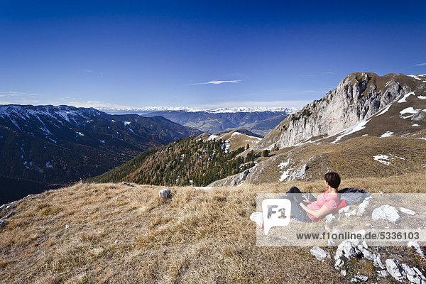 Bergsteiger beim Herrensteig  Kofelwiesen  hinten das Villnösstal  Südtirol  Italien  Europa