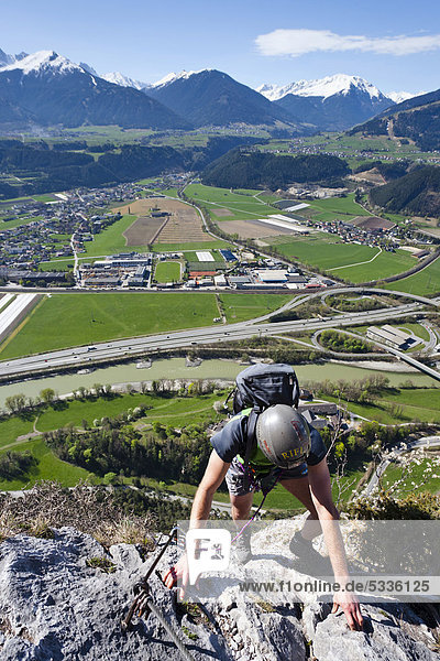 Bergsteiger beim Aufstieg über den Kaiser Max Klettersteig bei der Martinswand neben Innsbruck  hinten das Inntal und Kematen  Nordtirol  Tirol  Österreich  Europa Bergsteiger beim Aufstieg über den Kaiser Max Klettersteig bei der Martinswand neben Innsbruck, hinten das Inntal und Kematen, Nordtirol, Tirol, Österreich, Europa